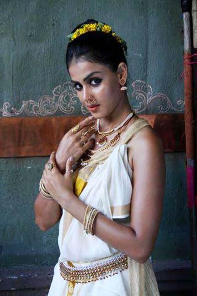 genelia wearing kerala kasavu saree in movie urumi