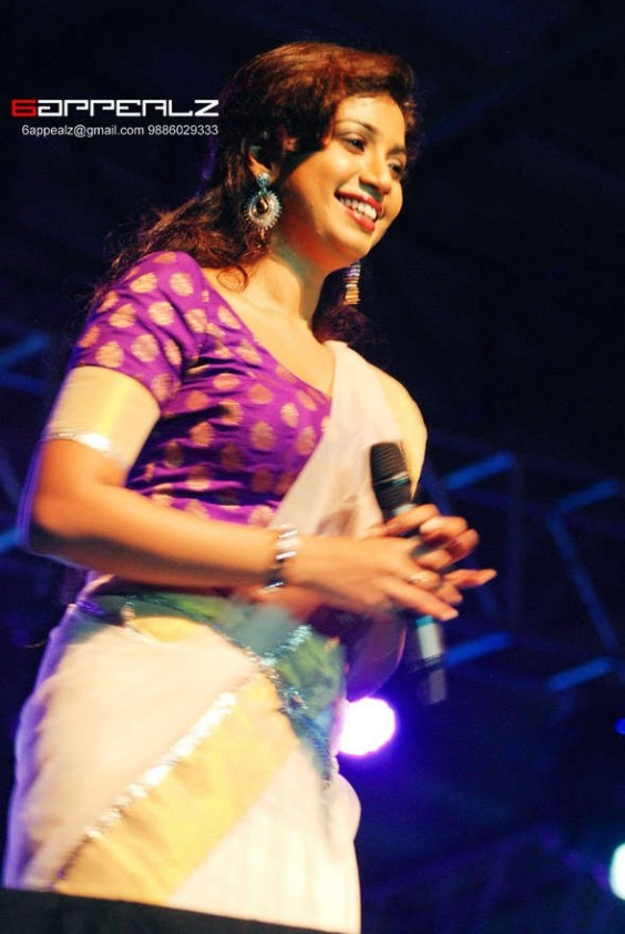 shreya goshal in kerala kasavu saree