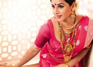 actress vidya balan wearing heavy gold jewellery