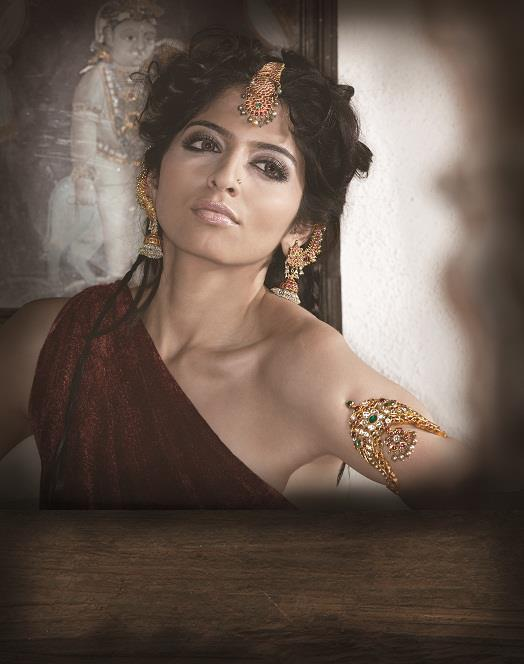model_showcasing_gemstoen_jewellery_from_navrathan_jewellers